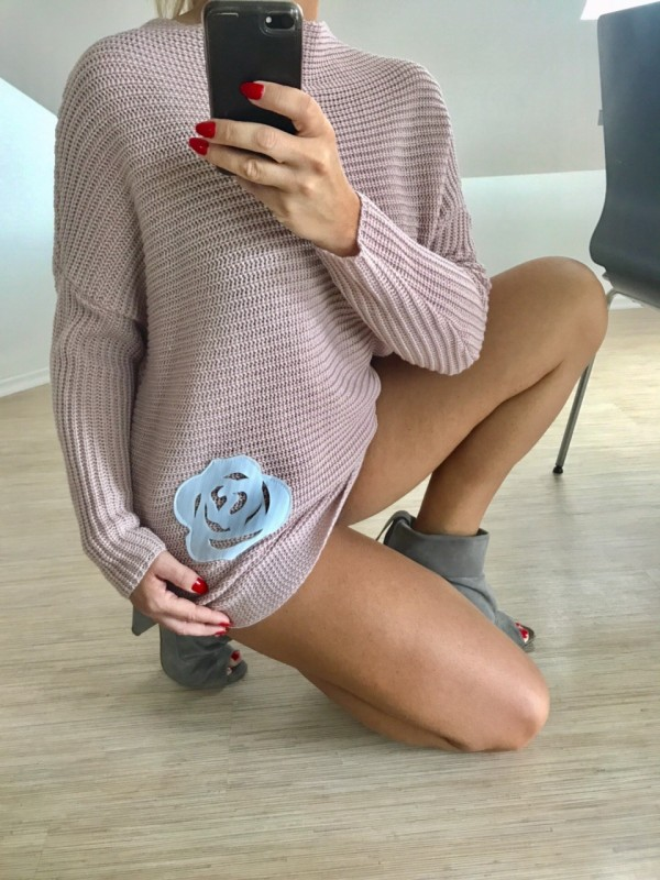Sweter z Różą. Kolor Róż Puder