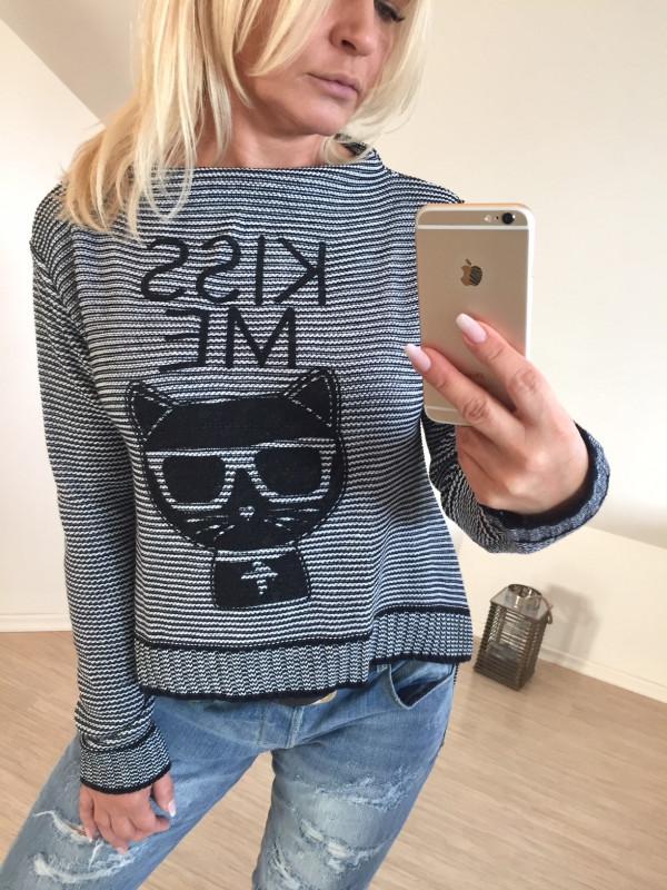 sweter z nadrukiem kotek