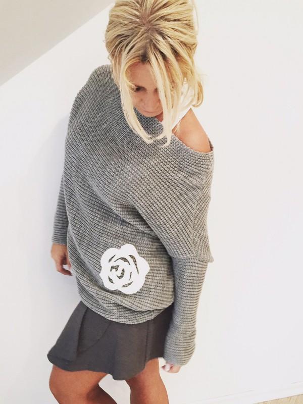 Sweter z Różą. Kolor szary