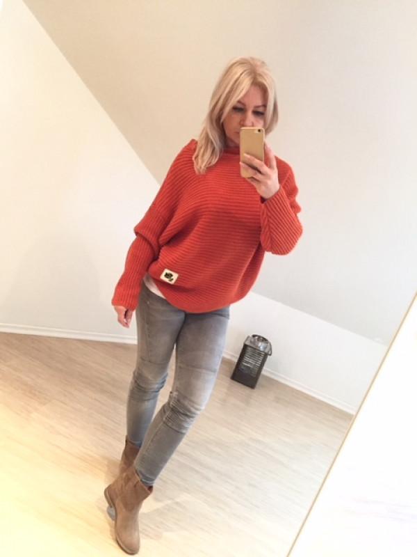 sweter z róża na skórce