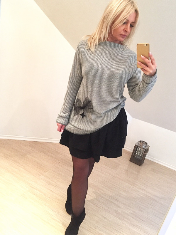 sweter dwukolorowy z kokarda i skorka